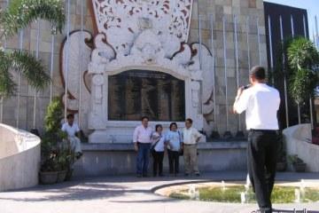 Devant le monument aux morts des attentats de 2002. Kuta, Bali.