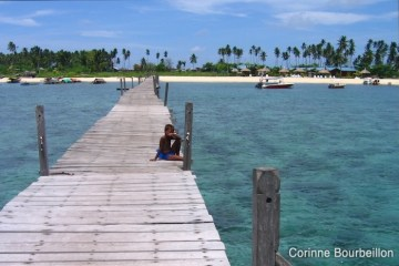 Le ponton de l'île de Mabul, près de Sipadan, au large de Bornéo. Juillet 2006.