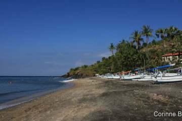Plage de sable noir, dans la région d'Amed. Bali. Indonésie, juillet 2011.