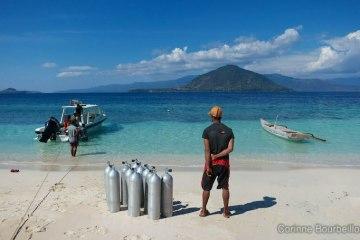 Sur la plage de Pantar Island. Alor, Indonésie. Juillet 2012.