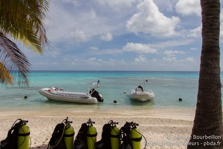 La plage du centre Y Aka Plongée, à Rangiroa. Polynésie française. Octobre 2012.