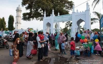 Ambiance devant la grande mosquée Baiturrahman de Banda Aceh, après la prière en fin d'après-midi. Sumatra, Indonésie, décembre 2014.