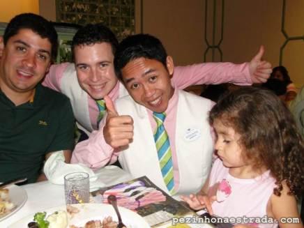 Gustavo e Isabela com os garçons Wlad e Wirawan