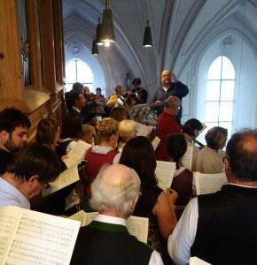 Kirchenchor (vorne) und Orchester (oben) unter der Leitung von Matthias Bauernfeind