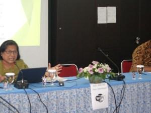 Pdt. Dr. Henriette Hutabarat-Lebang saat menyampaikan paparannya.