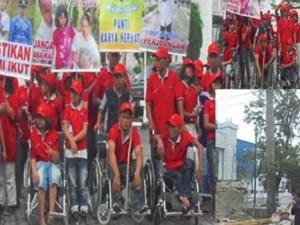 Jalan santai dalam aksi damai oleh para difabel dari berbagai lembaga di bawah naungan anggota gereja UEM