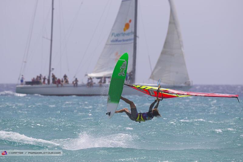 Phil Soltysiak CAN 9 Windsurfing mid-Skopu in Fuerteventura