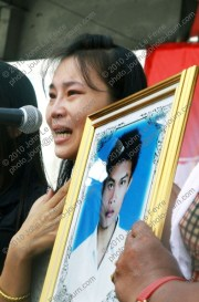 The sister of Mr Kreingkrai Khumnoi (24) who was killed in clashes between red-shirt (เสือ้แดง) protesters and the Thai Army (กองทัพบก) at Khok Wua on April 10, 2010 struggles to control her grief