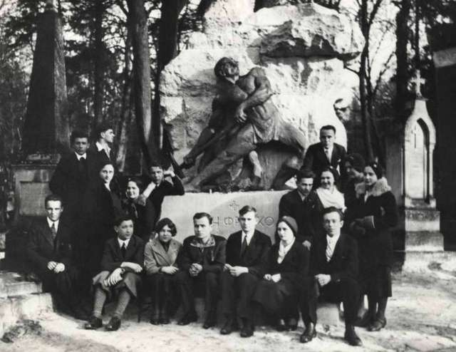 Молоді митці на могилі Франка. Фото до 1939 року