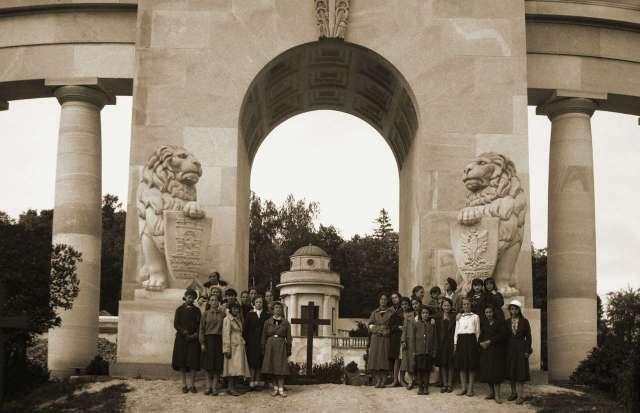 Тріумфальна арка Меморіалу Орлят. Фото міжвоєнної доби.