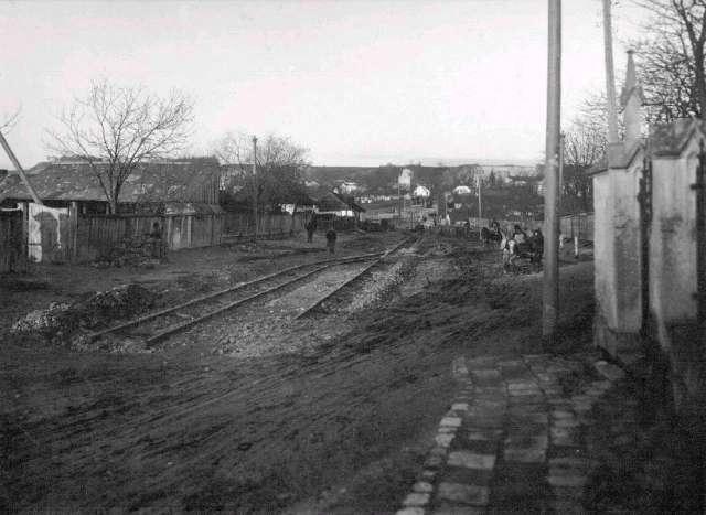 Прокладання колії давньою дорогою Святого Петра (нині-вул. Мечнікова), що від XVI ст. вела на Личаківський цвинтар. Фото міжвоєнної доби.
