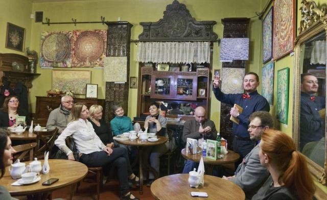 Андрій Кокотюха презентує свої  ретроромани - «Адвокат із Личаківської» та «Привид із Валової». Фото Олександр Шамов