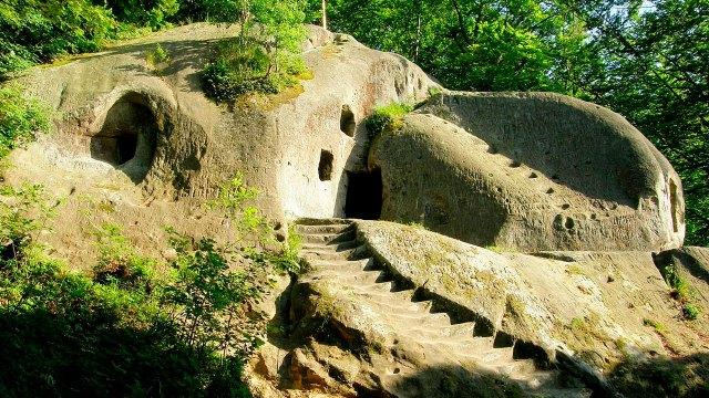 Печерний монастир біля села Розгірче. Фото: 5s.lviv.ua