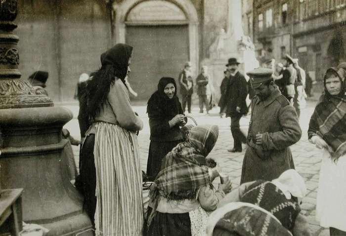 Вулична сцена на площі Ринок. Фото 1914 року