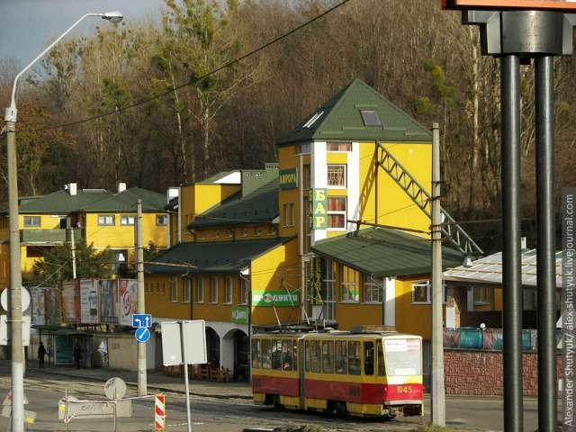 Сучасне фото вулиці Сахарова, на місці споруд, під горою, знаходилась каплиця