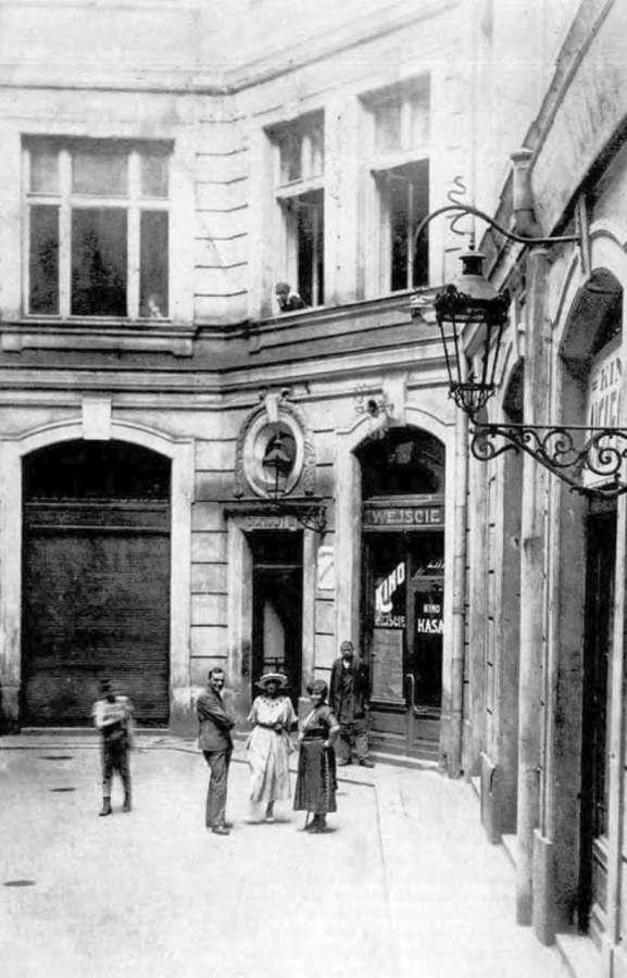 """Внутрішнє подвір'я кінотеатру """"Втіха"""". Фото 1931 року"""