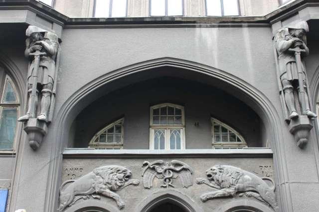 Фрагмент фасаду будівлі на Князя Романа,6. Фото 2015 року