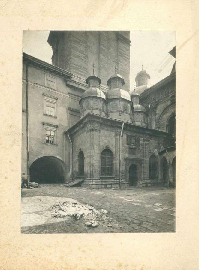 Каплиця та подвір'я храму. Фото Косцєші-Яворського. 1916 рік