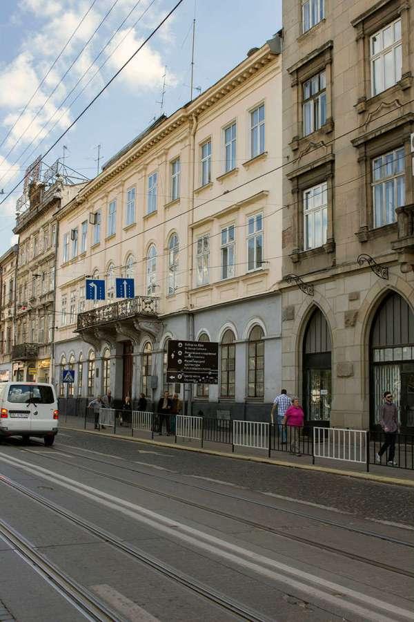 Давня будівля військової комендатури на сучасній площі Соборній. Фото 2015 року