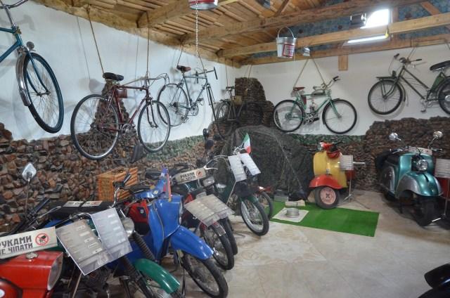 На виставці присутні й велосипеди.