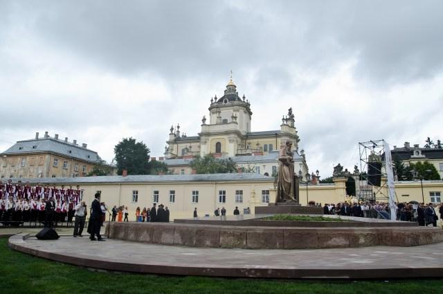 Пам'ятник на площі Святого Юра.