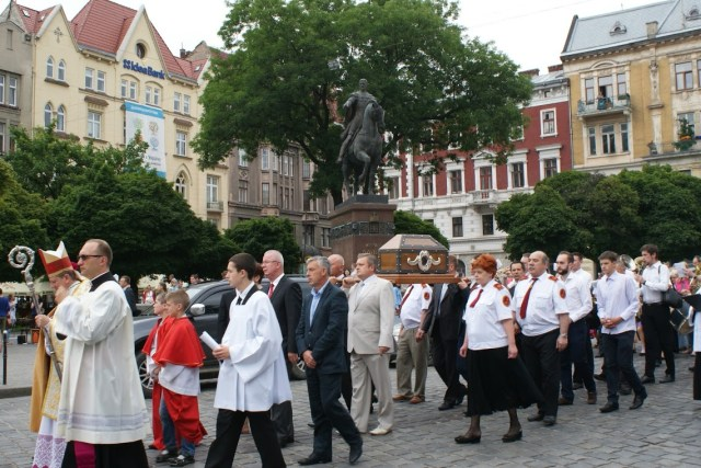 Процесія з мощами святого Йоана з Дуклі вулицями Львова.