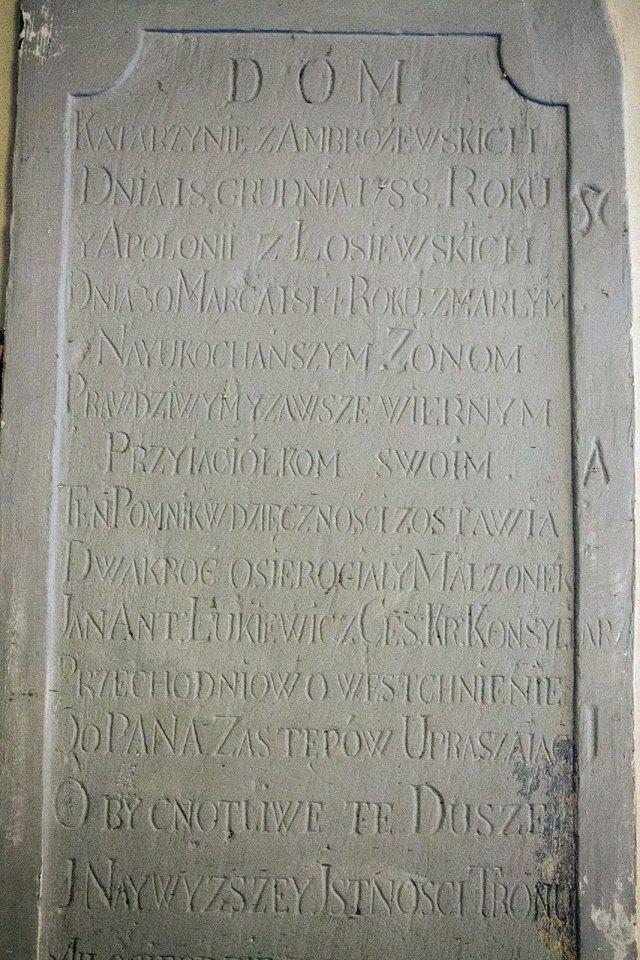 Таблиця з епітафією, присвячена померлим дружинам Лукевича: Катажині з Амброжевських та Аполонії з Лосєвських.