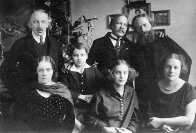 Олекса Новаківський з Миколою Вороним та родиною Івана Голубовського (Галя сидить у першому ряді посередині).