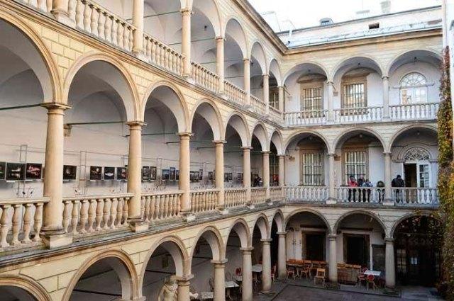 Італійський дворик (фото з сайту lvivandtravel.blogspot.com/)