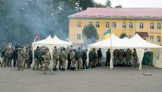 Військові частуються наїдками на святі з нагоди Дня захисника Вітчизни на Яворівському полігоні, фото 14 жовтня 2015 року.