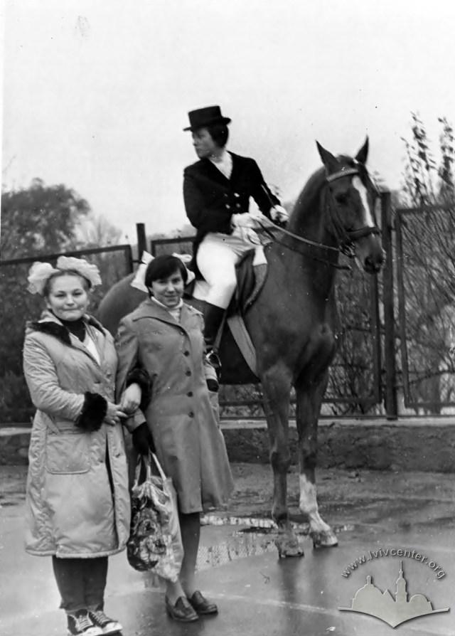Вершниця з конем на території спортивного комплексу СКА. Фото 1960-1980 рр.
