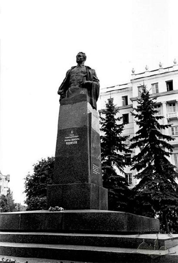 Львів, пам'ятник Герою Радянського Союзу Ніколаю Кузнєцову, фото 1964 року