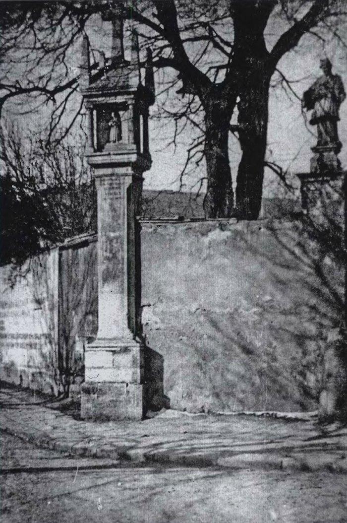 Колона Сикстів та фігура св. Яна Непомука. Фото 1939 р.