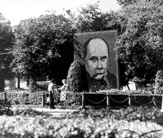 Панно з квітів у вигляді портрету Т.Шавченка на проспекті Шевченка. Фото 1966 року