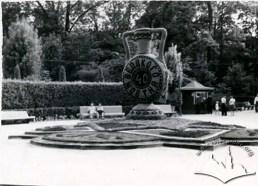 Декоративний куманець біля входу до парку ім. І.Франка. Фото 1957 року