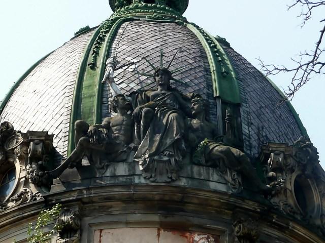 Скульптурна група на будівлі Галицької Ощадної Каси
