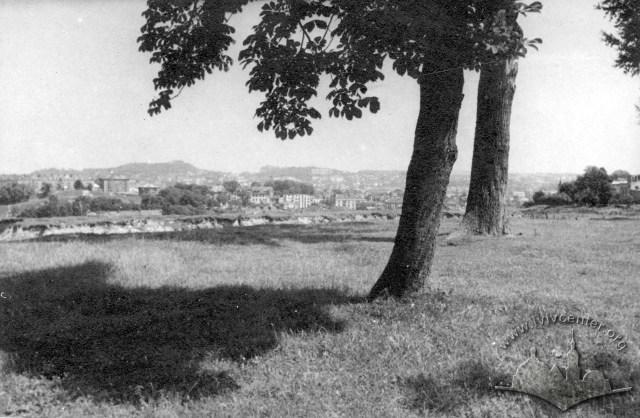 Територія, на котрій через кілька років постане Парк культури. На центральному плані помітно залишки кар'єру. Фото 1945 року