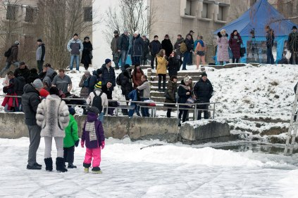 Купання в ополонці озера на Погулянці у Львові 19 січня 2016 року