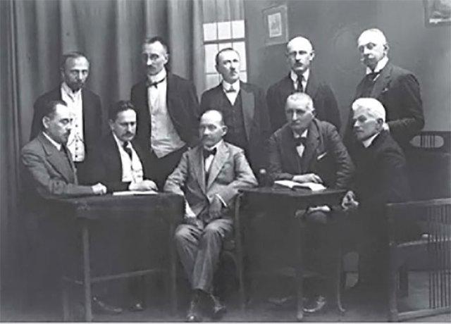Засідання львівських професорів, на якому відбувалося попереднє обговорювання заснування Українського Таємного Університету. Фото 1920 р.
