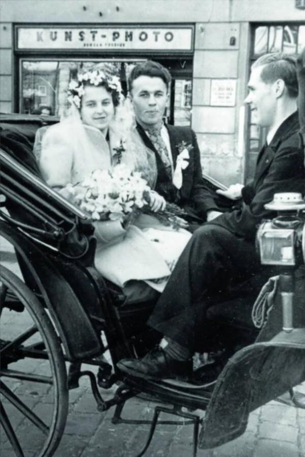Пара наречених під час фотососесії. Фото найімовірніше є постановочним, оскільки на задньому фоні помітно вітрину фотоательє. Фото 1930-х рр.
