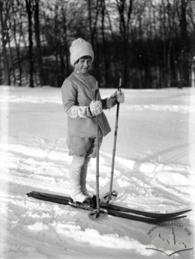 Дитина на дитячих лижах та з дитячими лижними палками у одному з парків Львова. Фото 1930-1939 рр.
