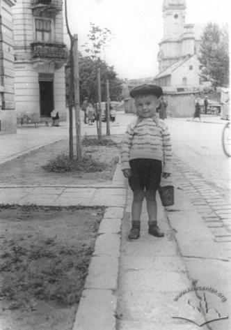 Вулиця Марченка (Тершшаківців). Позаду хлопчика помітно ринок та ще не знищений сад. Фото 1950-1955 рр.