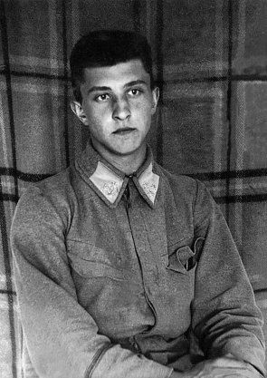 Роман Купчинський, поет, журналіст, співавтор сценарію «До добра і краси» (взято зі сайту http://www.memory.gov.ua)