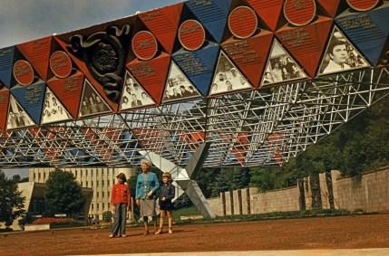 Інсталяція на вул. Вітовського, на котрій були фото та відомості про ударників виробництва. Фото 1970-1980 рр.