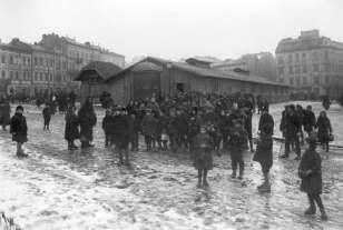 Один із пунктів обігріву та харчування на площі Стрілецькій (Д.Галицького), які діяли з ініціативи Рутовського. Фото 1914-1915 рр.