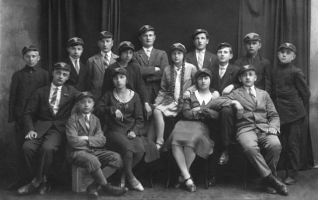 Шкільний клас Я. Гніздоського. Він сидить на скрині в передньому ряду, 1930-ті рр. Фото з plus.google.com