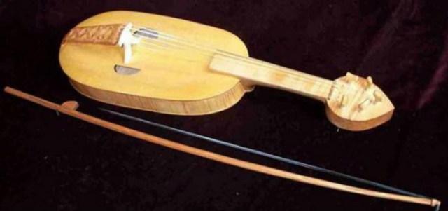 Фідель, один з інструментів, який використовує ансамбль. Фото з www.poy.su
