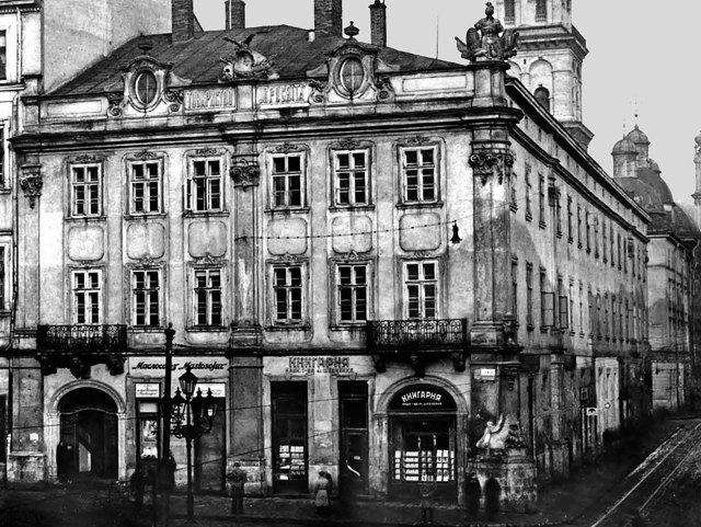 Окрім «Просвіти» за адресою Площа Ринок, 10 знаходилося також і товариство «Руська Бесіда». Фото 1938 року. Джерело: http://pamjatky.org.ua/?p=4246