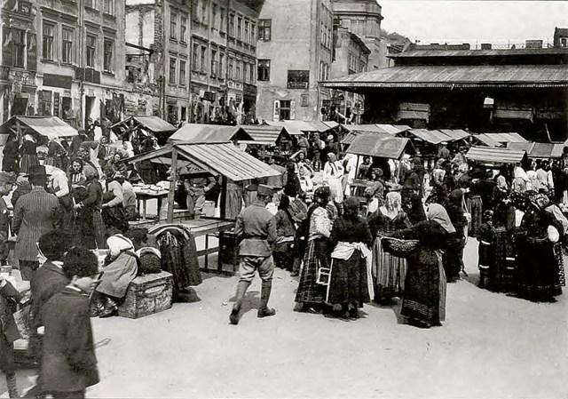 """Ймовірні місця пошуків жертв. Кракідали, 1914 р. – фрагмент сучасної площі Ярослава Осмомисла і ринку """"Добробут"""""""