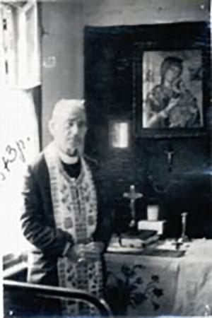 Отець Василь Курилас перед вівтарем у приватному помешканні, 1973 р.
